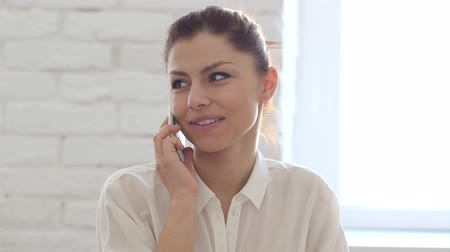 empresária : Phone Talk, Woman Discussing Issues Stock Footage