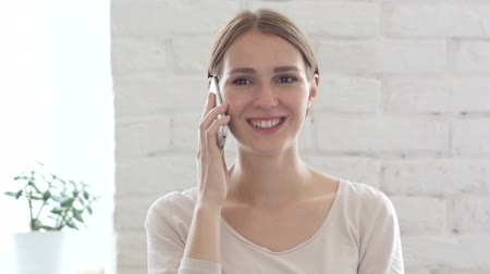 empresária : Beautiful Young Woman Talking on Phone, Smartphone