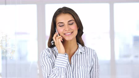 мобильный телефон : Positive Woman at Work Talking on Smartphone, Discussing Idea