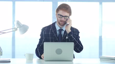 vöröshajú : Redhead Businessman Talking on Phone, Attending Call at Work