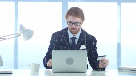 vöröshajú : Redhead Man Reacting to Fail Online Transaction, Payment by Credit Card