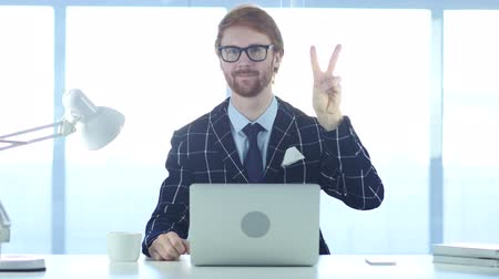 lógica : Redhead Businessman with Winning Gesture at Work, Victory