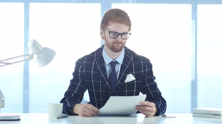 leitor : Man Reading Office Documents at Work, Red Hairs