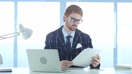 leitor : Redhead Businessman Reading Documents in Office, Study