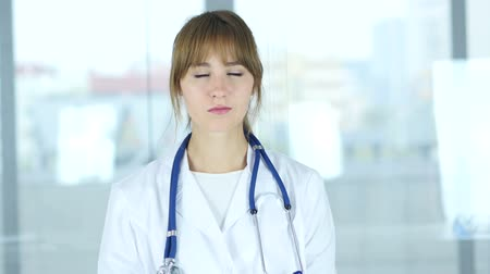colega de trabalho : Portrait of Female Doctor Looking At Camera in Clinic