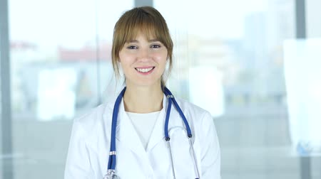 colega de trabalho : Portrait of a Smiling Positive Female Doctor in Clinic