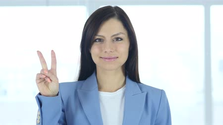 lógica : Victory Sign by Young Businesswoman, gesturing