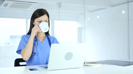 üdítő : Doctor Relaxing and Drinking Coffee at Work