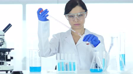 sertlik : Female Scientist Busy Doing Research and Reaction in Laboratory