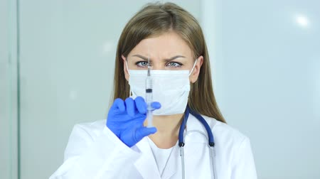 steril : Close Up of Female Doctor in Mask Holding Injection, Ready to inject