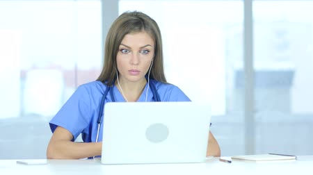 онлайн : Young Female Doctor Talking with Patient, Online Video Chat on Laptop Стоковые видеозаписи