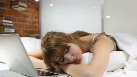 excesso de trabalho : Woman Sleeping in Bed near Laptop, After Work