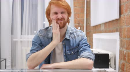 vöröshajú : Toothache, Redhead Beard Man with Tooth Infection