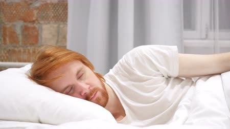 vöröshajú : Redhead Beard Man Lying in Bed on the side and Sleeping, Relaxing