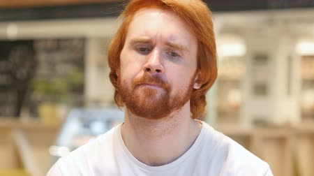 roodharige : Sad Redhead Beard Man die van streek is en over problemen denkt Stockvideo