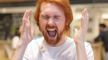 irritáció : Portrait of Screaming Redhead Beard Man, Shouting in Cafe