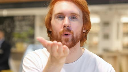 vöröshajú : Flying Kiss Gesture by Redhead Beard Man Fell in Love