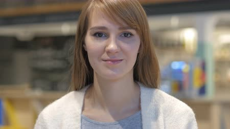 olhar : Serious Young Woman Looking at Camera in Cafe Stock Footage