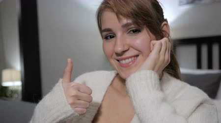 olhar : Thumbs Up by Casually Sitting Woman, Close up