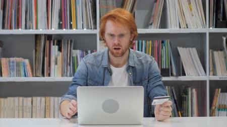 vöröshajú : Fail Online Shoping by Redhead Man in Office