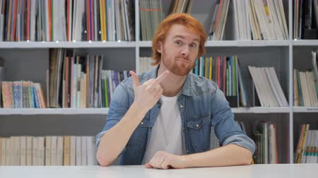 roodharige : Middle Finger van Redhead Designer Man in Office
