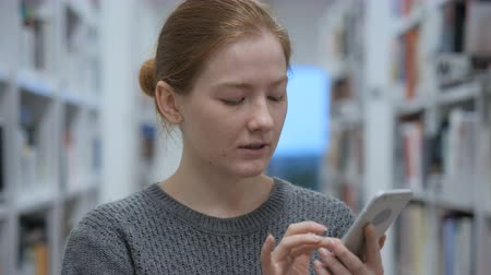 navegador : Young Woman Using Smartphone for Online Browsing