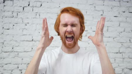 řvát : Slow Motion of Shouting, Screaming Redhead Man in Anger at Work