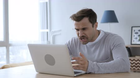 шок : Upset Angry Adult Man Yelling while Working on Laptop