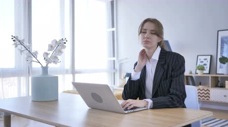 nuda : Tired Young Woman Working on Laptop in Office