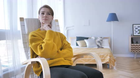 рассмотрение : Thinking Middle Aged Woman Sitting on Casual Chair, Brainstorming