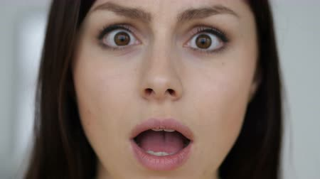 ámulat : Close up of Shocked Face of Young Woman, Wondering