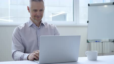 ouvir : Online Video Chat with Customer on Laptop at Work
