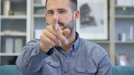 convidar : Beard Adult Man Pointing Toward Camera