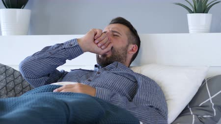 broda : Yawning Tried Man Lying in Bed