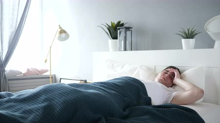 broda : Man Sleeping in Bed
