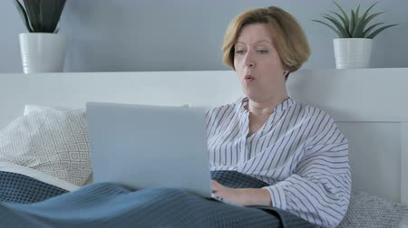 nagymama : Shocked Old Senior Woman Wondering and working on Laptop in Bed Stock mozgókép
