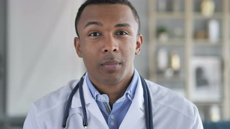 obličejový : Online Video Chat with Patient by African-American Doctor