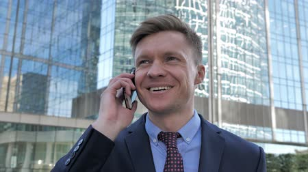 vytočit : Phone Negotiation by Walking Businessman, Discussion
