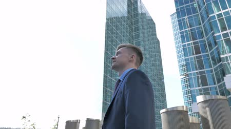bankier : Positive Pensive Businessman Standing Outside Office Wideo