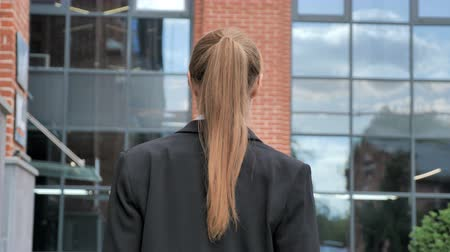 удовлетворения : Back View of Businesswoman Walking Ouside Office
