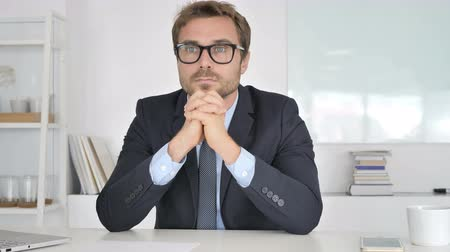 трейдер : Pensive Businessman Sitting in Office Стоковые видеозаписи