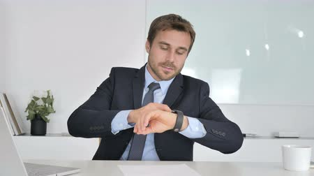 трейдер : Businessman Checking Message on Smartwatch