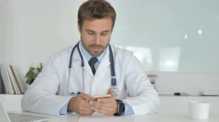 sebész : Doctor Using Smartphone in Clinic