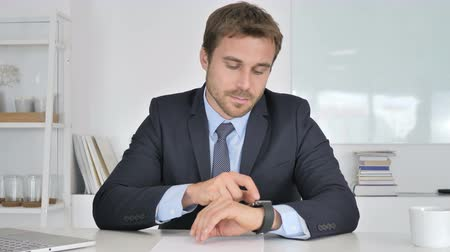 a böngésző : Businessman Using Smartwatch, Online Browsing Stock mozgókép