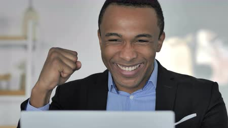 преуспевать : Afro-American Businessman Celebrating Success, Working on Laptop Стоковые видеозаписи