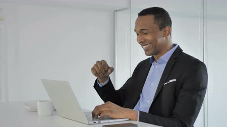 преуспевать : Casual Afro-American Businessman Celebrating Success, Working on Laptop Стоковые видеозаписи
