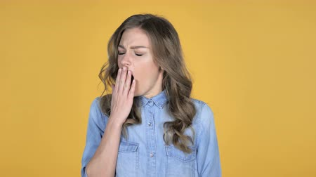 znuděný : Young Girl Yawning and Stretching BodyIsolated on Yellow Background Dostupné videozáznamy