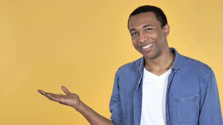 juventude : Young African Man Showing A Yellow Background