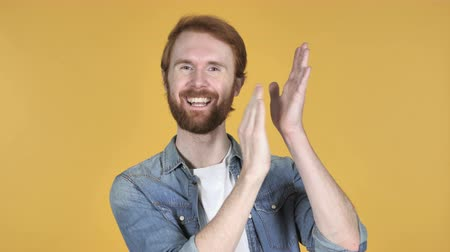 vöröshajú : Applauding Redhead Man, Clapping Isolated on Yellow Background