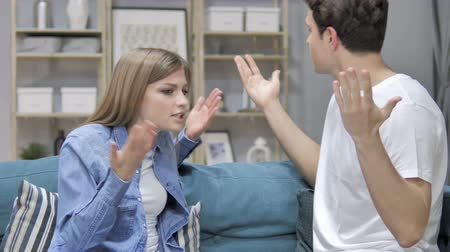 gritante : Angry Young Couple Yelling on Eachother During Argument at Home Vídeos